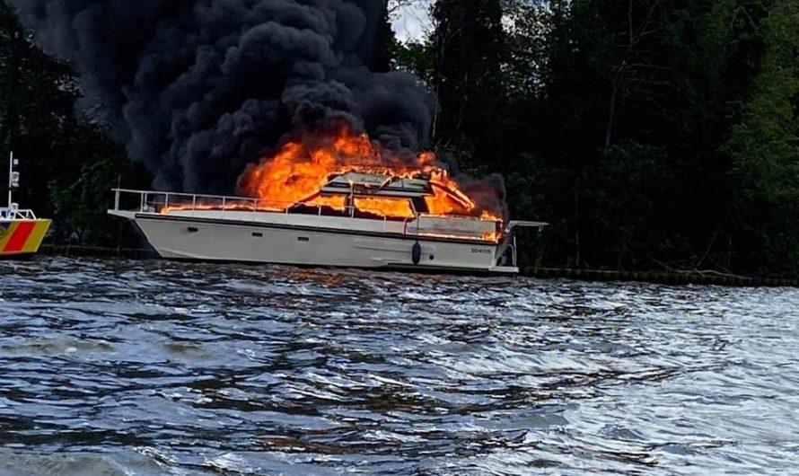 Sportboot niedergebrannt – Feuerwehr rettet vier Personen