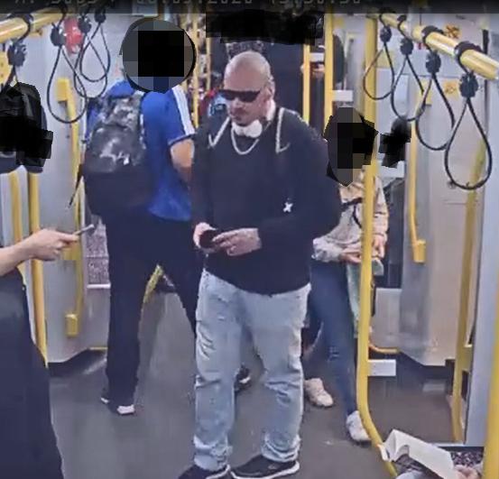 Mann in U-Bahnzug gegen den Kopf getreten – Tatverdächtiger mit Bildern gesucht
