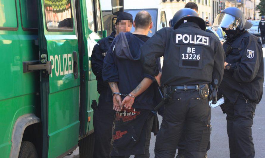 Erster Steinewerfer aus der Rigaer Straße in U-Haft